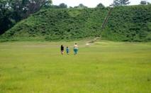 kolomoki-mound-w-people